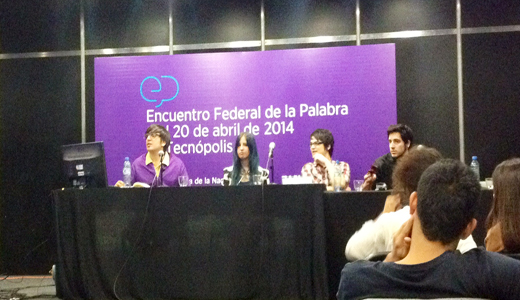 El panel de Youtubers compartiendo sus experiencias con los presentes